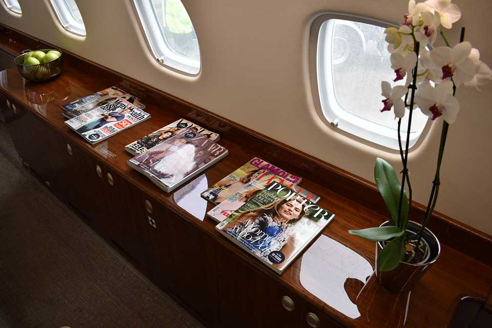 Embraer Legacy 650 crezenda interior with magazines and flowers