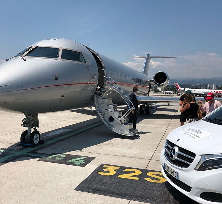 Clients boarding aircraft at Nice Airport