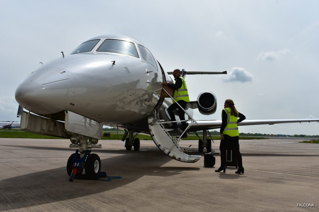 Gast Maison Manchester delivering catering on embraer legacy 650 private jet
