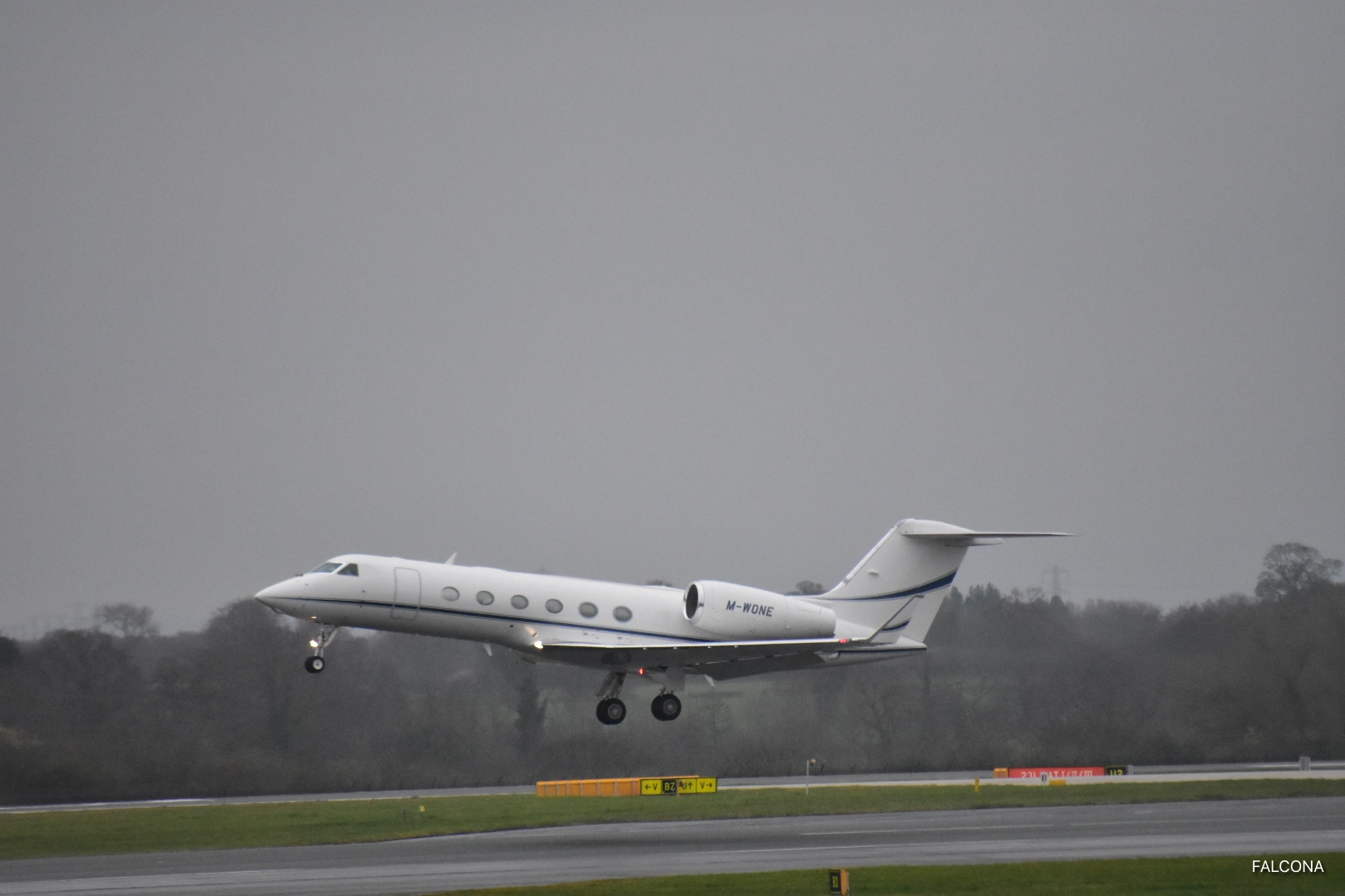 Gulfstream G450 TAKE OF AT MANCHESTER AIRPORT