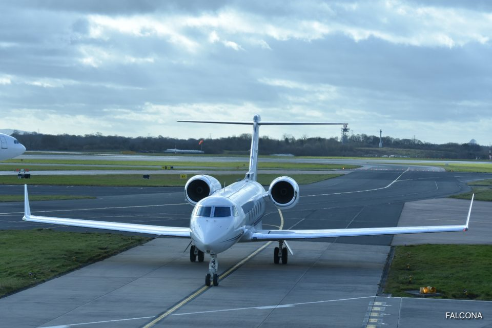 Gulfstream G450 arriving at manchester airport