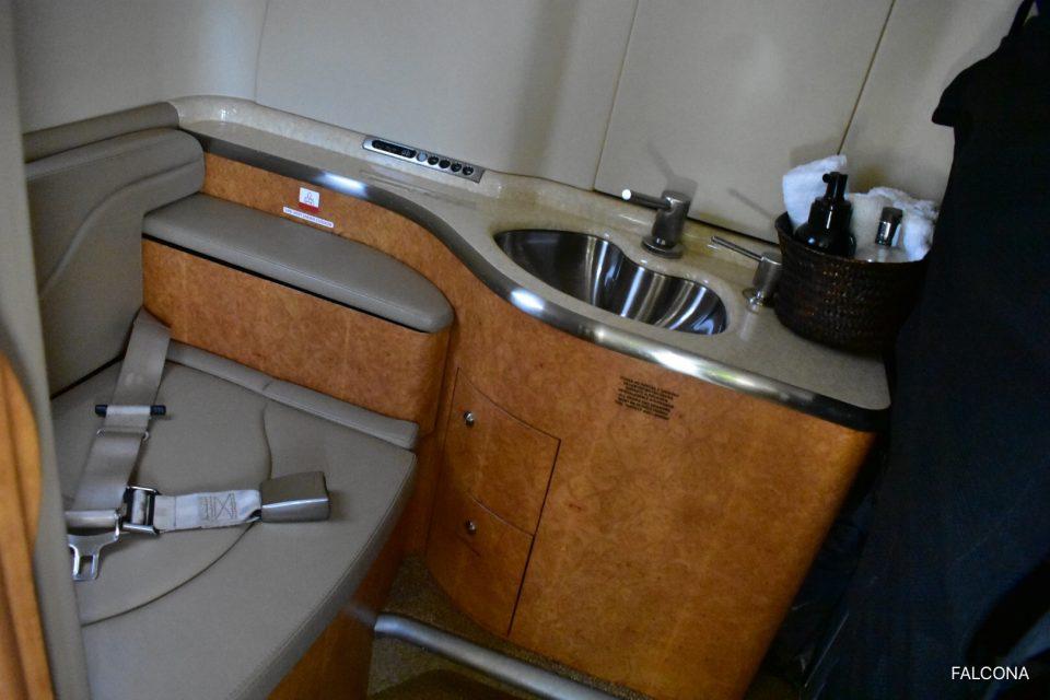 Bombardier Learjet 40 toilet
